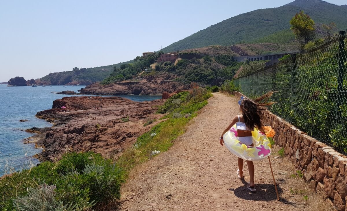 Randonnées le long d'une plage à Saint-Raphaël au bord de mer