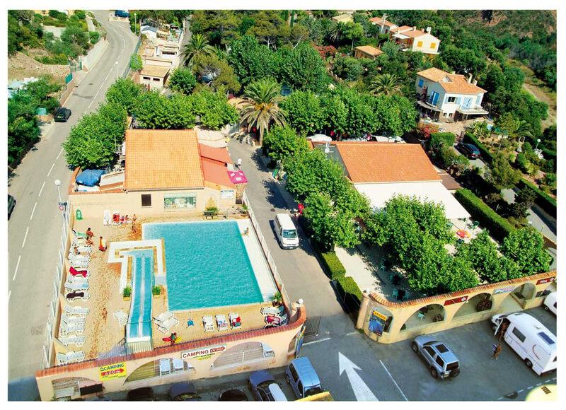 Vue du ciel sur la piscine du Camping Azur Rivage à Saint-Raphaël