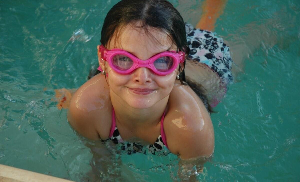 une cliente heureuse dans la piscine